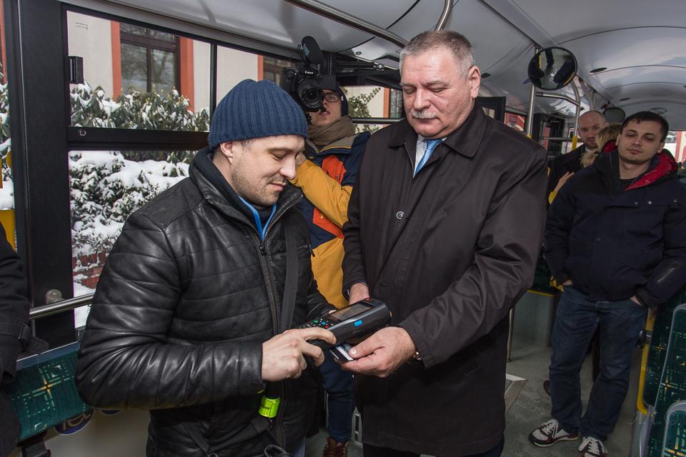 Karta płatnicza biletem w PKM Jaworzno – fot. UM Jaworzno