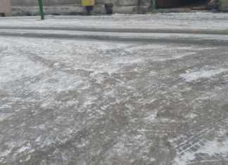 Oblodzony chodnik w Sosnowcu - fot. MC