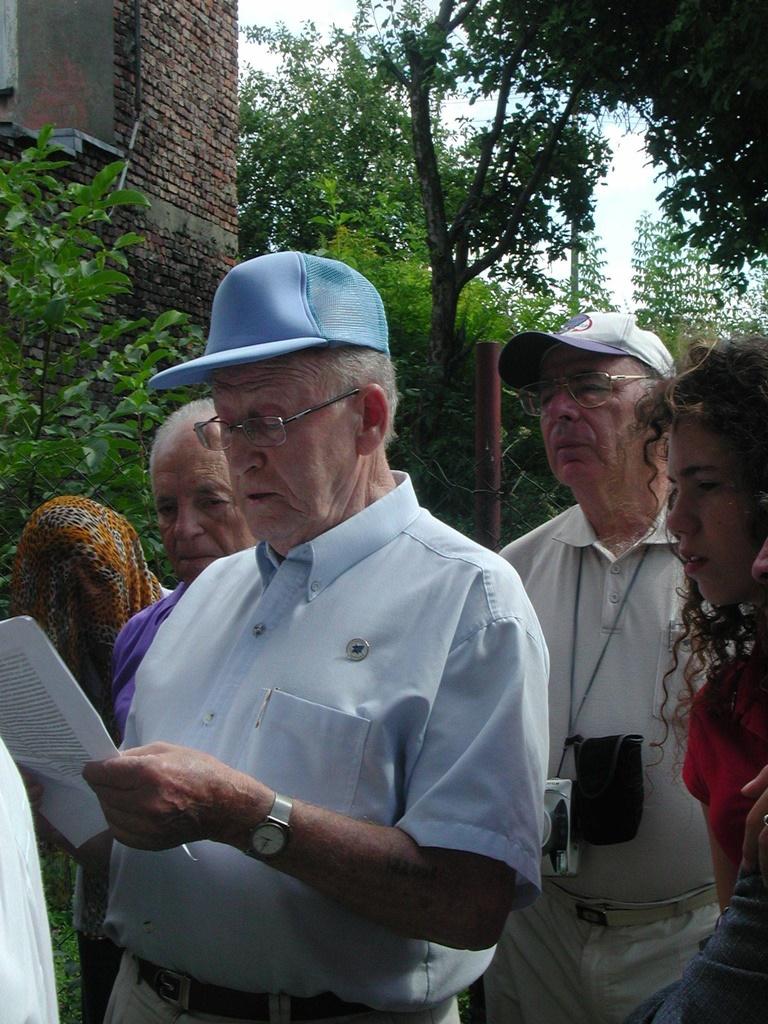 Dawid Klejman podczas uroczystości upamiętnienia ofiar holokaustu w Będzinie w 2003 roku – fot. archiwum prywatne Adama Szydłowskiego