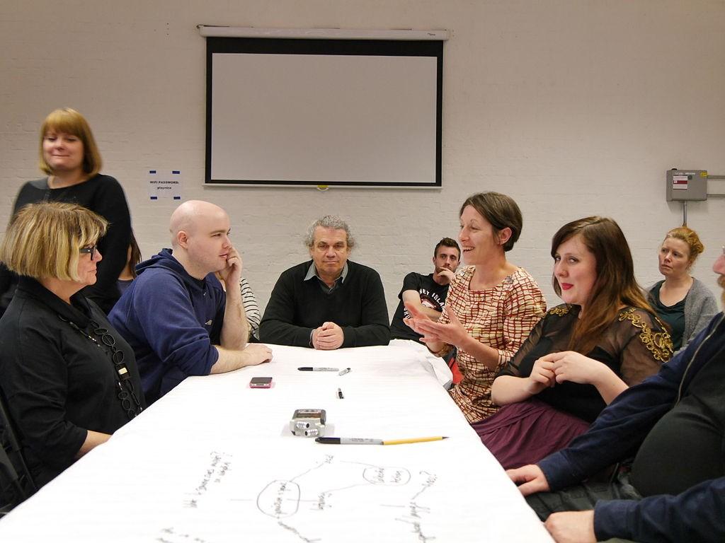 Dyskusja typu long table – fot. Wikipedia