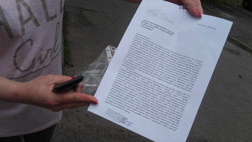 Mieszkańcy ul Czeladzkiej domagają się usunięcia ogrodzenia z drogi - fot. AR