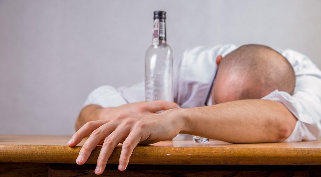 Alkoholik – fot. Pixabay