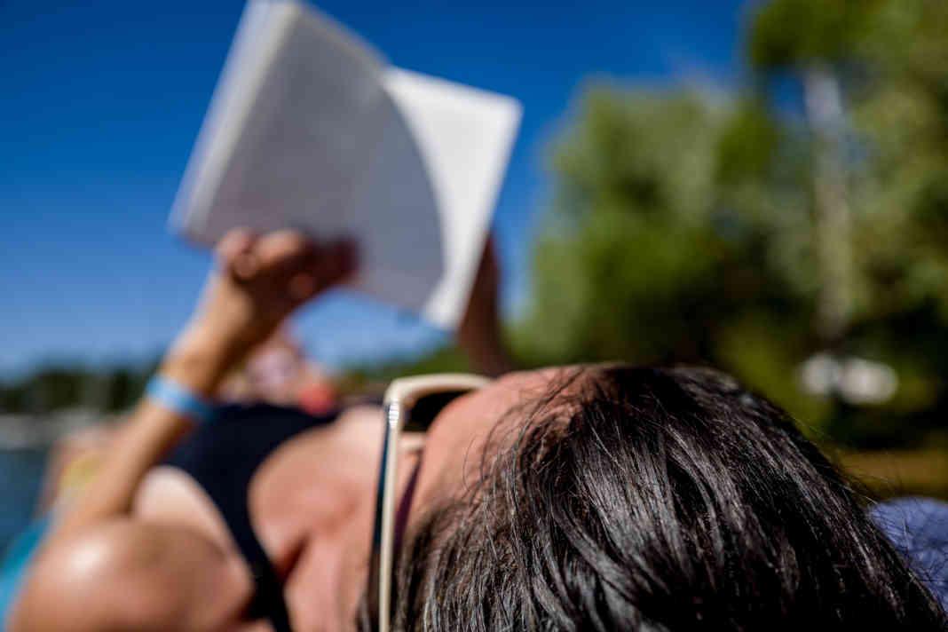 Wakacje z książką - fot. PxHere