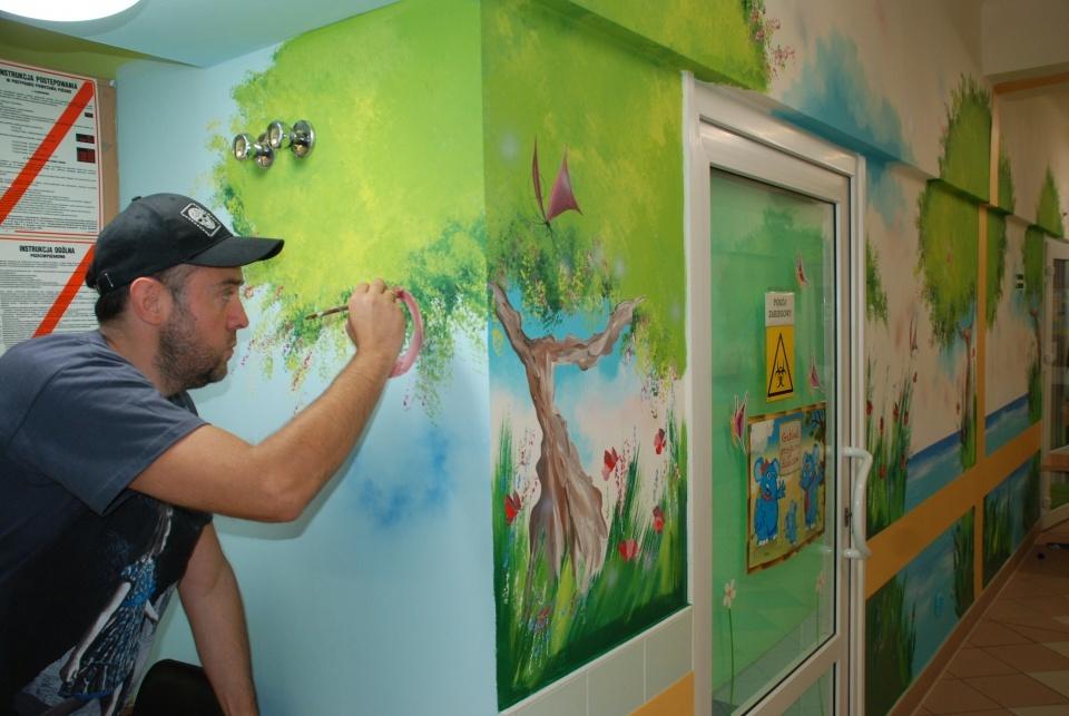 Maciej Kot maluje oddział pediatrii w dąbrowskim szpitalu - fot. UM Dąbrowa Górnicza
