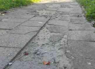 Chodnik przy budynku ul. Związku Orła Białego - fot. AR