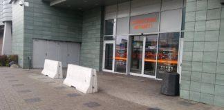 Betonowe zapory przed centrum handlowym Plaza w Sosnowcu - fot. MZ
