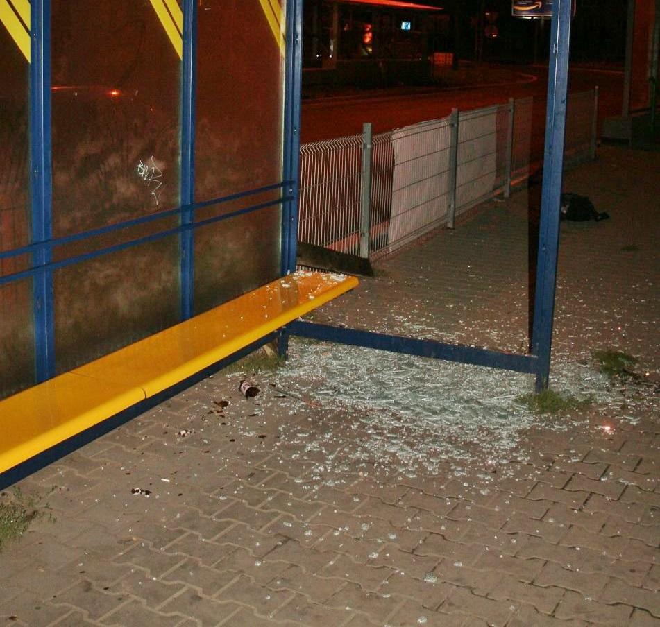 Zniszczona wiata przystankowa - fot. KMP w Sosnowcu