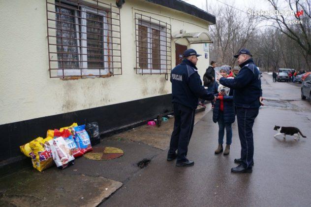 Policjanci wsparli sosnowieckie schronisko - fot. KPP Będzin