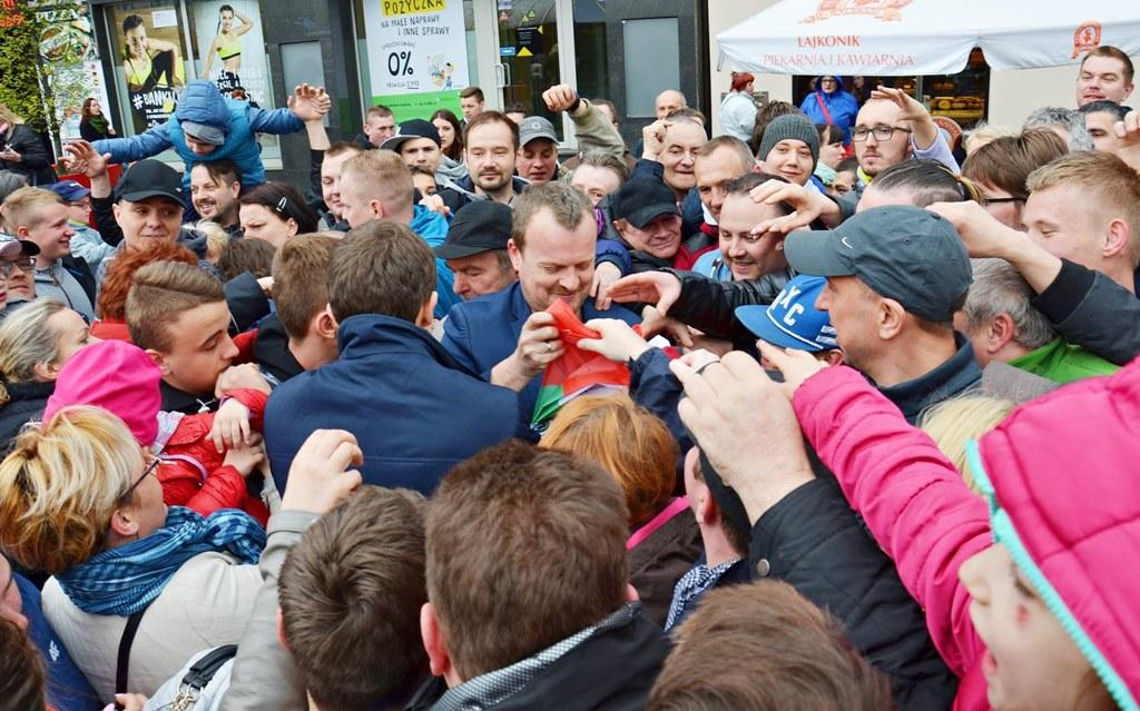 Prezydent Sosnowca rozdaje flagi Zagłębia Dąbrowskiego - fot. UM Sosnowiec