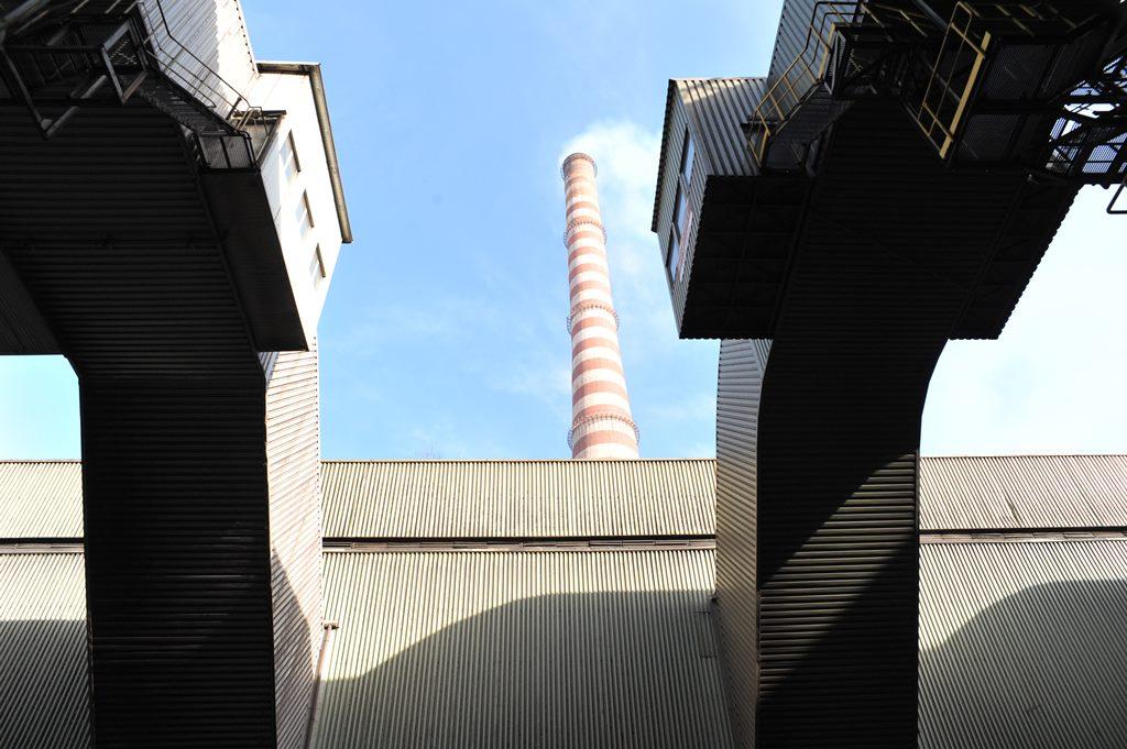 Elementy konstrukcyjne elektrofiltru i rurociągi do transportu pyłu znad taśmy spiekalniczej nr 2. W tle komin spiekalni, który już w przyszłym roku wyemituje znacznie mniej pyłu - fot. mat.pras.