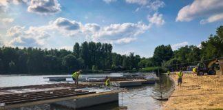 Trwa montaż pływającego pomostu na Stawikach - fot. UM Sosnowiec