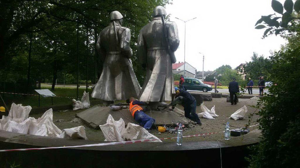 Demontaż pomnika żołnierzy Armii Czerwonej w Łośniu - fot. IPN