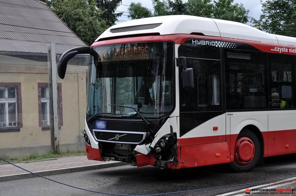Autobus zderzył się z osobówką - fot. Sosnowiec na sygnale