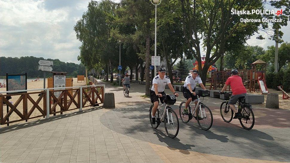 Policjanci na rowerach i crossach patrolują okolicę dąbrowskich jezior Pogoria – fot. Policja