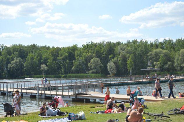 Pływający pomost to kolejna atrakcja sosnowieckich Stawików – fot. MZ