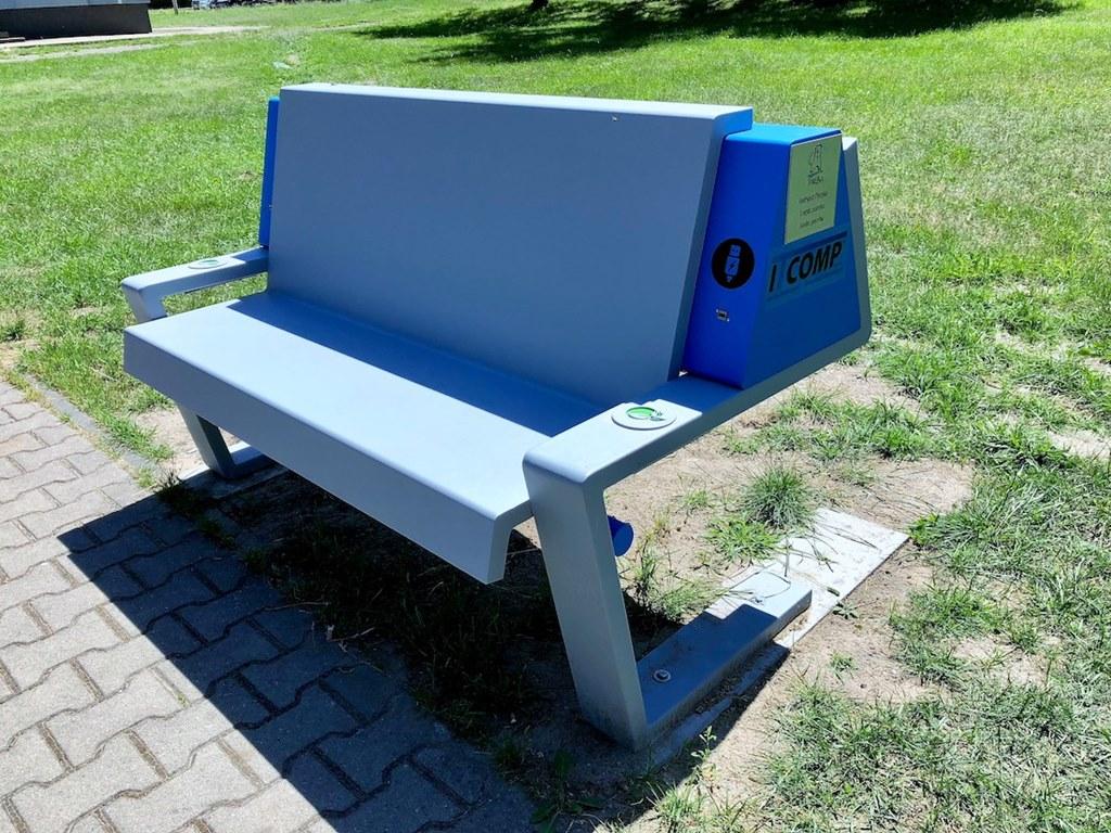 Inteligentna ławeczka w Porębie – fot. UM Poręba