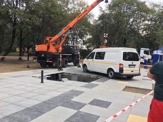 W Dąbrowie Górniczej samochód zapadł się w nowej fontannie – fot. mat.pras.