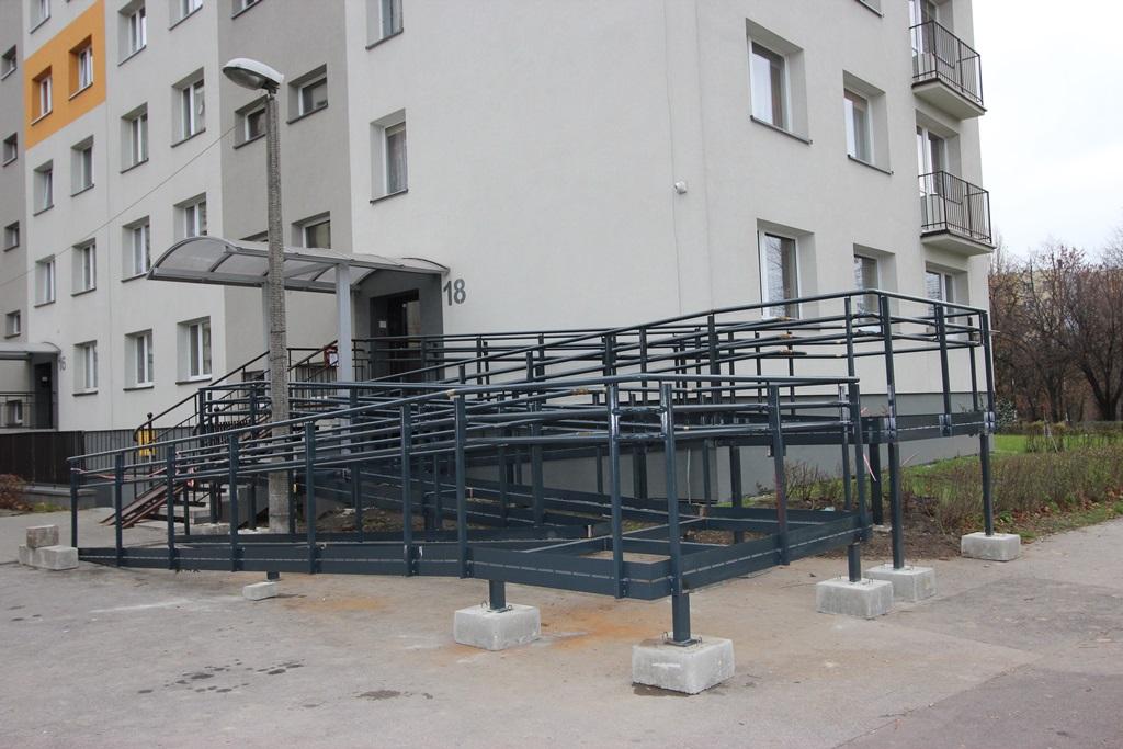 Budowa podjazdu przy bloku na ul. Narutowicza – fot. AR