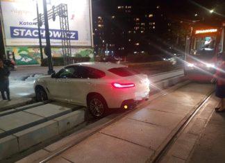 Kierowca BMW zawisł na torowisku – fot. Facebook/Spotted:Sosnowiec