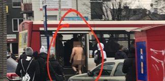 Nagi mężczyzna w autobusie – fot. Facebook/Dziwne Sytuacje w Dąbrowie Górniczej