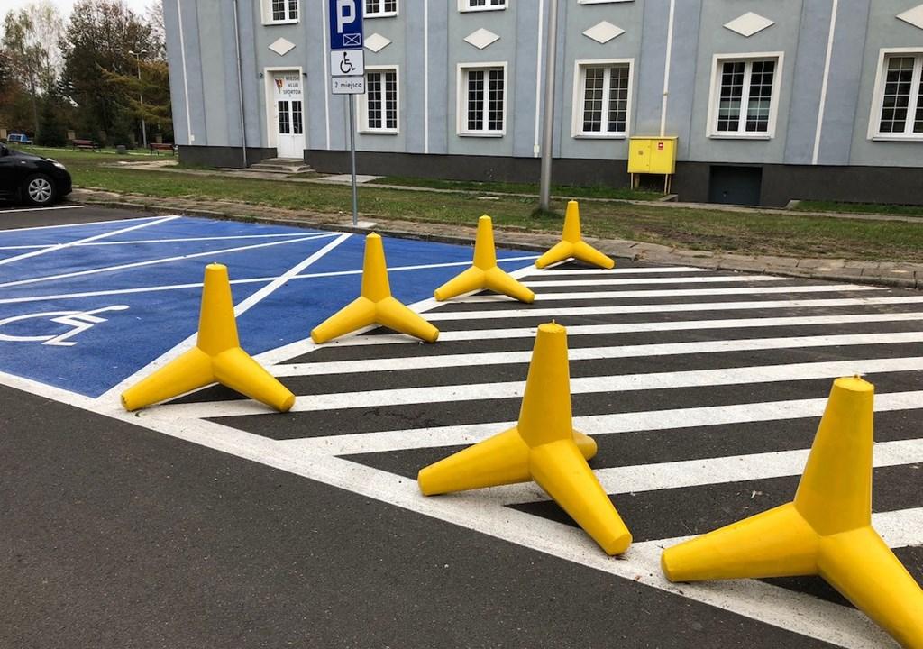 Żółte zapory na drodze – fot. UM Poręba