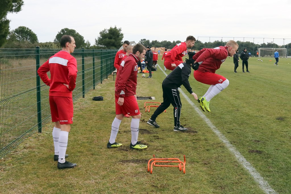 George Ivanishvili (w środku) nowym piłkarzem Zagłębia Sosnowiec – fot. zaglebie.eu