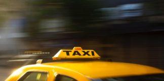 Taksówka zamiast nocnego autobusu – fot. Pexels
