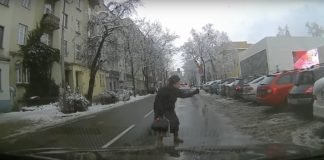 Pomocna starsza pani - fot. YouTube