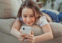 Telefon dla dziecka - fot. Fotolia