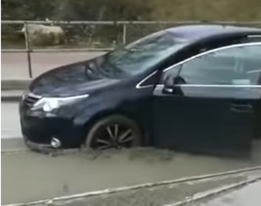 Auto wjechało na remontowane torowisko - fot. YouTube