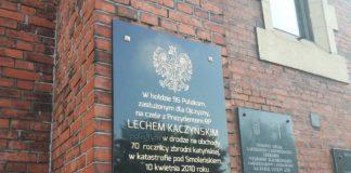 Tablica upamiętniająca ofiary katastrofy w Smoleńsku - fot. MC