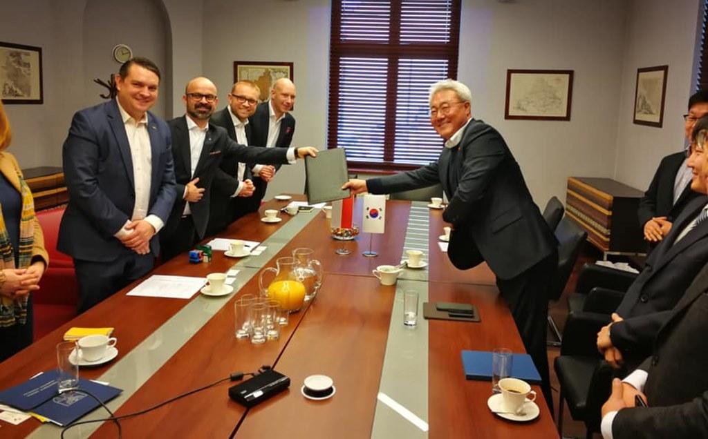 SK Innovation zainwestuje w Dąbrowie Górniczej ponad 1 mln zł – fot. KSSE