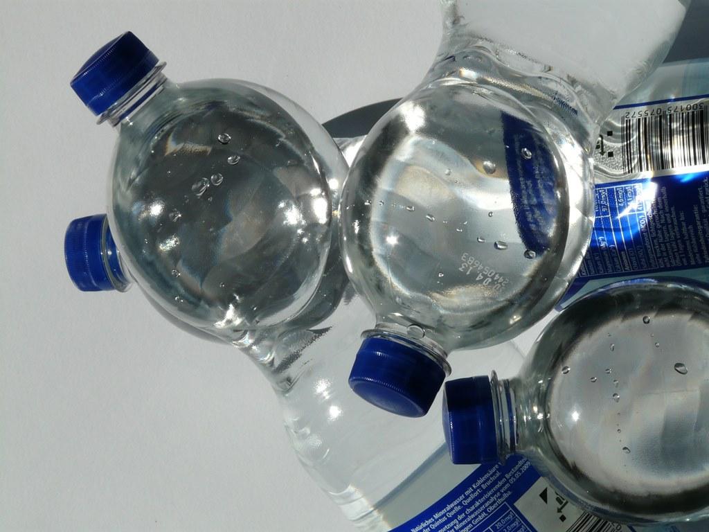 Woda w plastikowej butelce – fot. Pixabay
