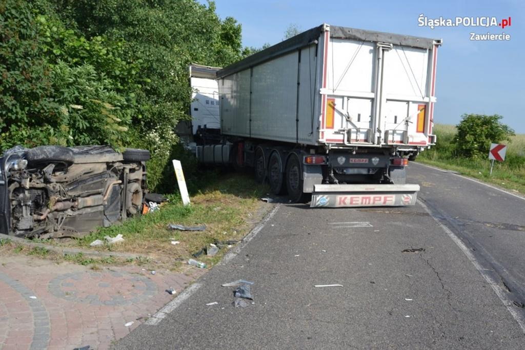 Zderzenie osobówki z ciężarówką - fot. KPP w Zawierciu