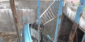 Samochód wpadł do tunelu - fot. KMP w Dąbrowie Górniczej