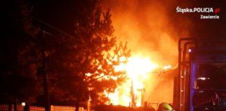 Policjanci uratowali kobietę z płonącego domu - fot. KPP w Zawierciu