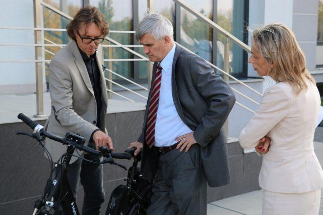 Burmistrz Czeladzi na rowerze elektrycznym – fot. UM Czeladź