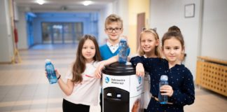 Uczniowie z Dąbrowy Górniczej piją wodę z kranu - fot. Dąbrowskie Wodociągi