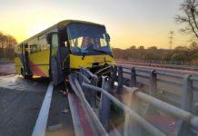 Autobus uderzył w bariery na DK78 - for. Facebook/ @Będzin112