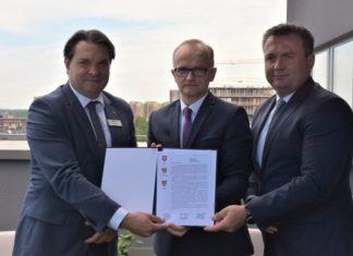 Prezydent Marcin Bazylak, burmistrz Rafał Adamczyk i starosta będziński Sebastian Szaleniec - fot. UM Dąbrowa Górnicza