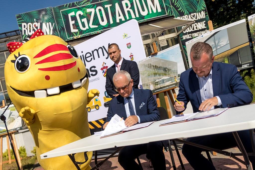 Podpisanie umowy z wykonawcą budowy Centrum Edukacji Ekologicznej - fot. UM Sosnowiec